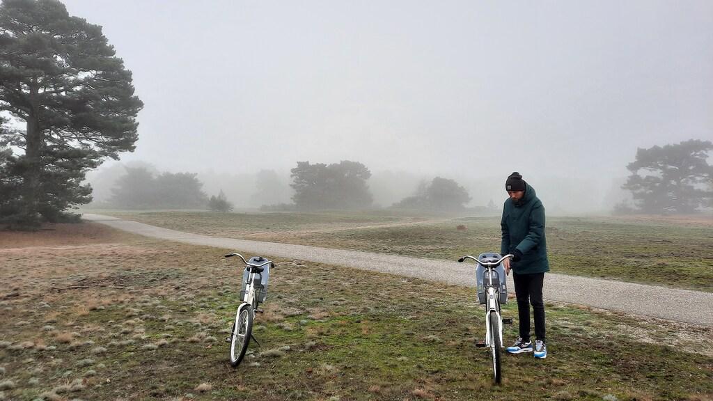Met de witte fietsen over mistige paden.
