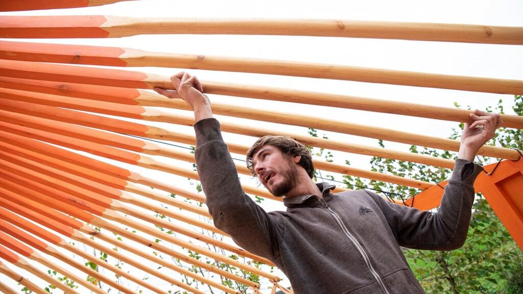 Chris en Rick (hier op de foto) bouwden de yurt zelf op