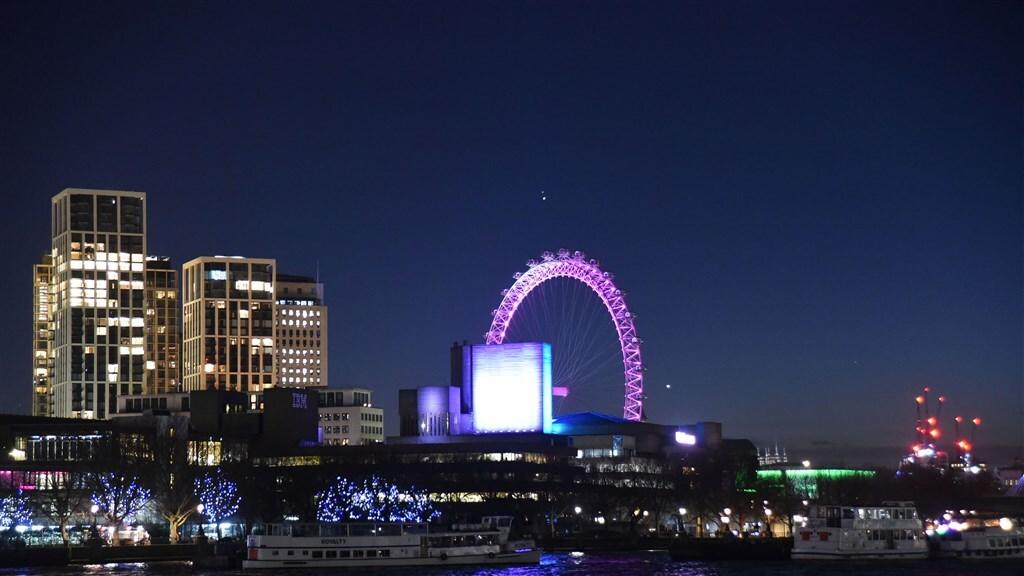 In Londen is de conjunctie op de foto boven London Eye te zien.