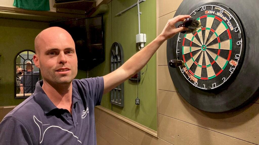 Arjen op de dartbaan die voor Dirk is gemaakt in de auberginekwekerij.
