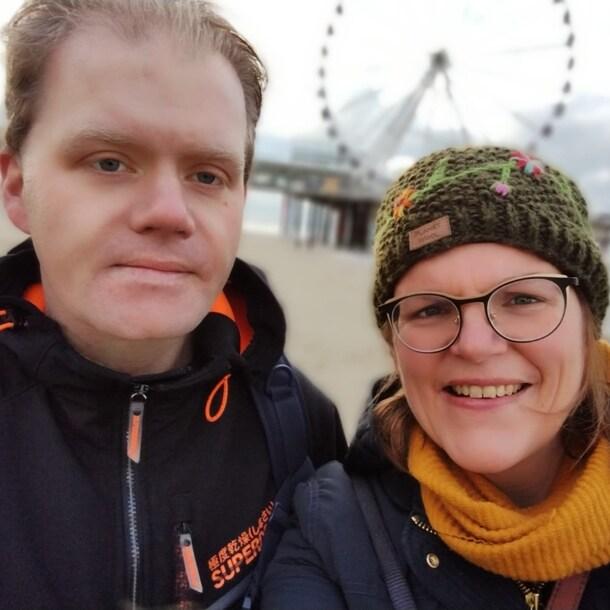 JanHenk en Diane op het strand, na de opname.