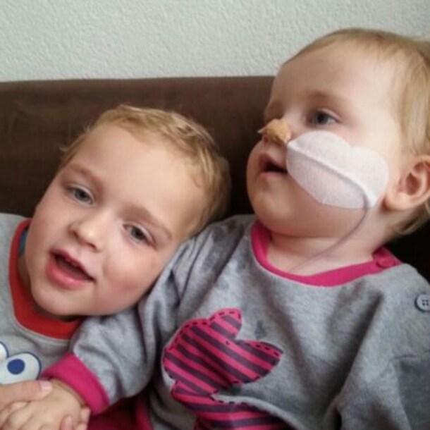 Luc met zijn zusje Anouk.