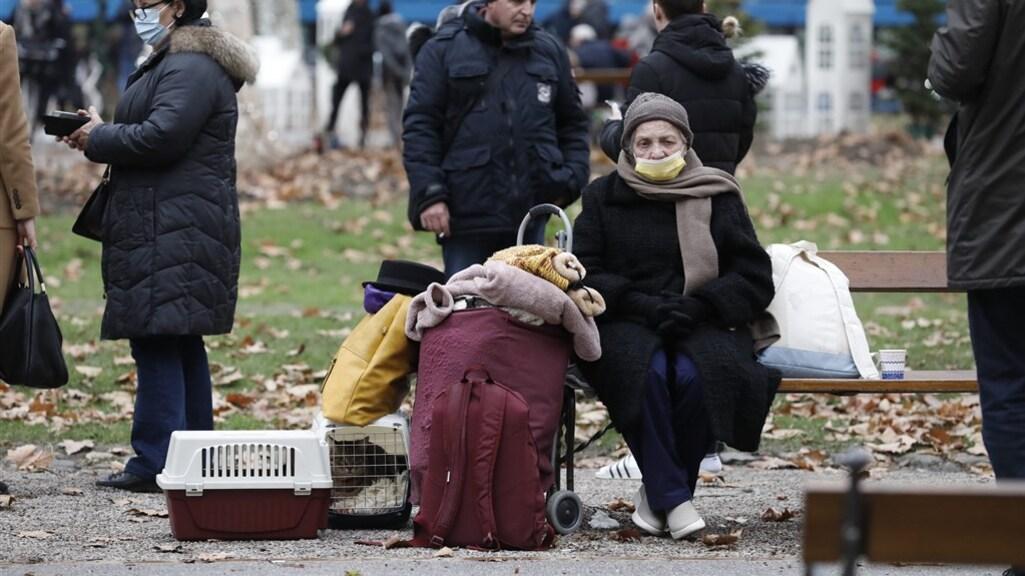Een aantal mensen staan nu met hun hebben en houden op straat.
