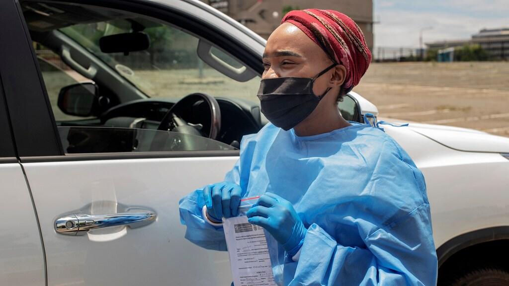 Een medewerker van de Mullah Laboratories in Johannesburg neemt testen af.