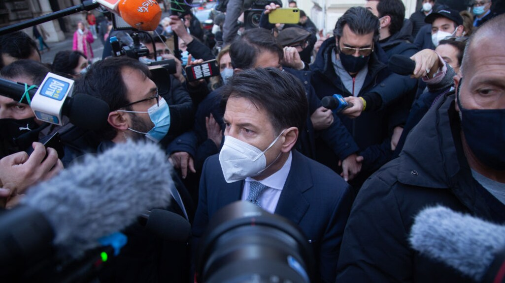 Premier Conte wordt bestormd door de pers na de uitbraak van de politieke crisis.
