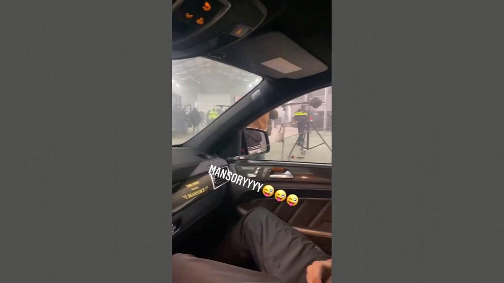 Op het Instagram-account van rapper Blacka is politie in de loods te zien.