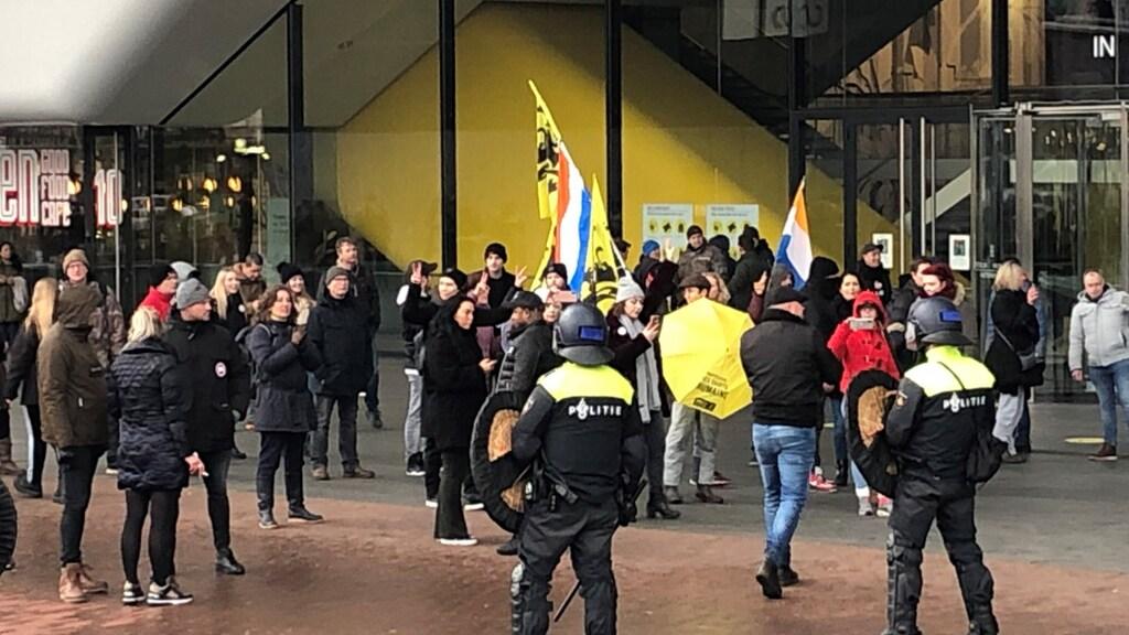 Toen de demonstranten niet wilden vertrekken, besloot de politie in te grijpen.