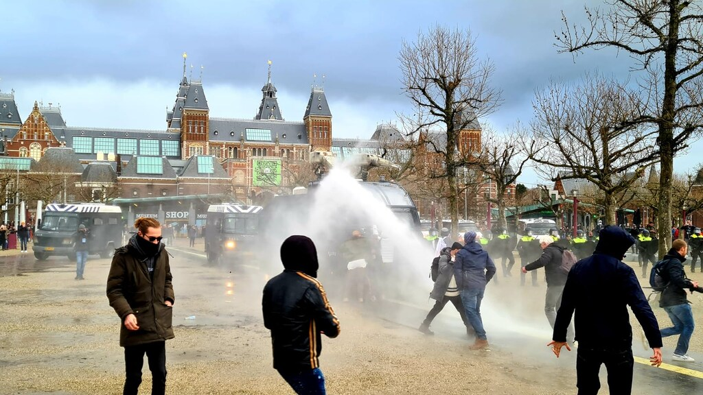 De politie zette waterkanonnen in.
