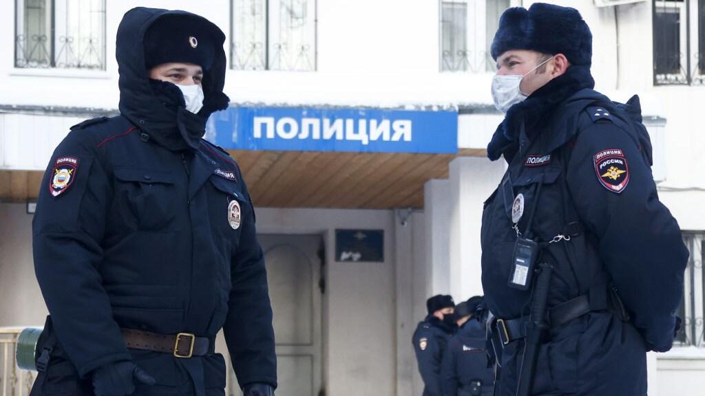 Agenten bewaken het bureau in Chimki, een voorstad van Moskou.