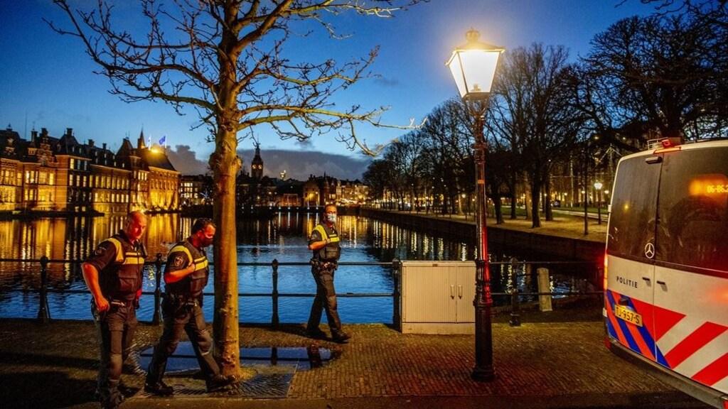 Politie patrouilleert bij de Hofvijver in Den Haag.