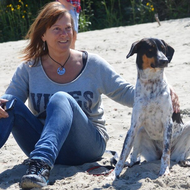 Jos van Prooijen met haar hond Spetter.