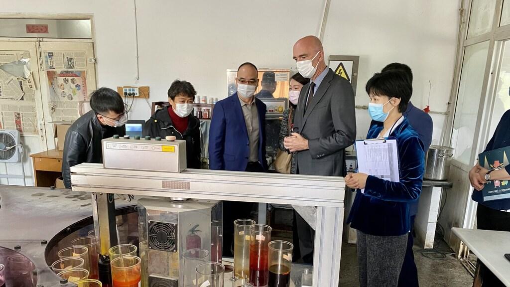 Tijdens een bezoek aan een textielfabriek, met als doel de fabriek – die ook levert aan Nederlandse kledingmerken – milieuvriendelijker te laten werken.