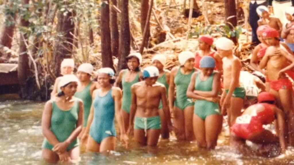 Remco en zijn zussen vielen met hun witte huid altijd op in Madagaskar. Zoals hier tijdens een zwemwedstrijd, waar hij en een van zijn zussen aan meededen.