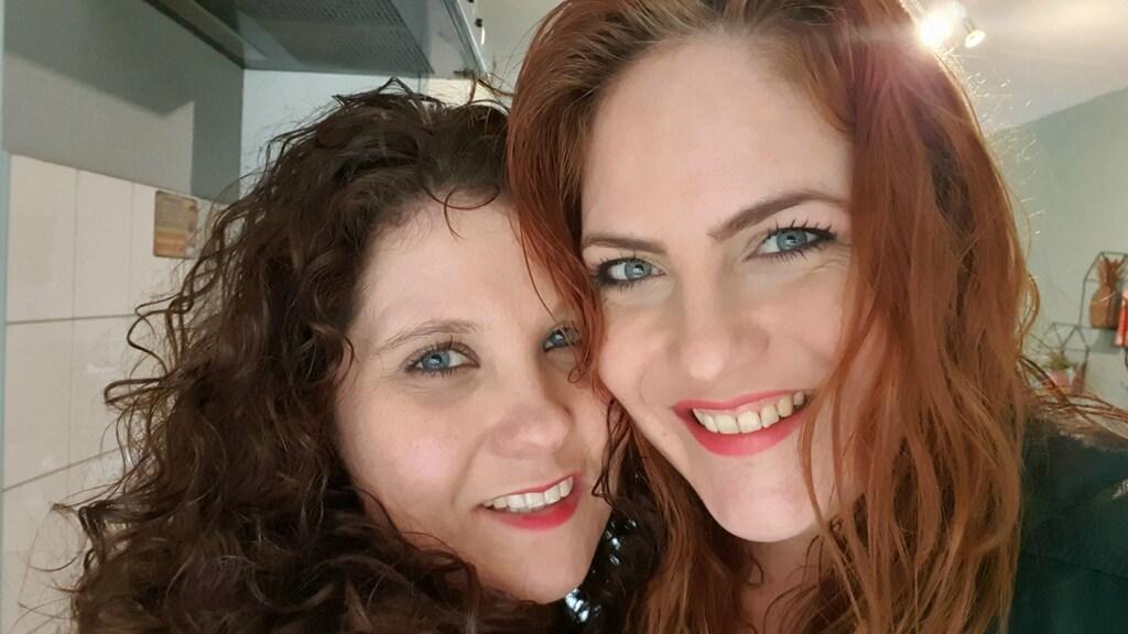 Mayka (rechts) en haar vriendin Bente