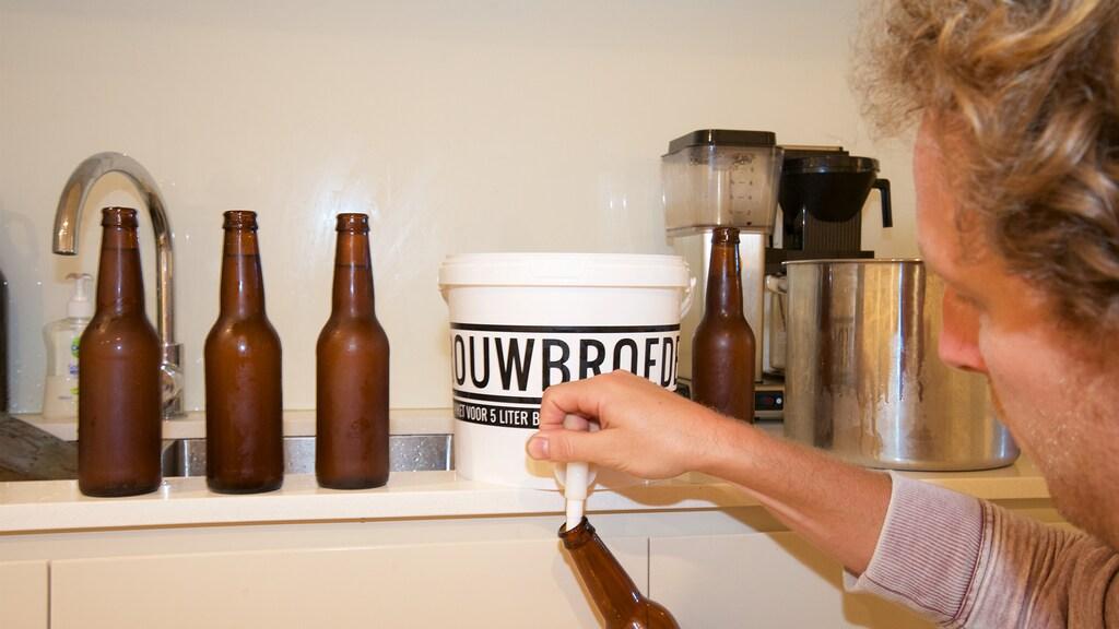 Na een paar weken kan het thuisgebrouwen bier gebotteld worden.