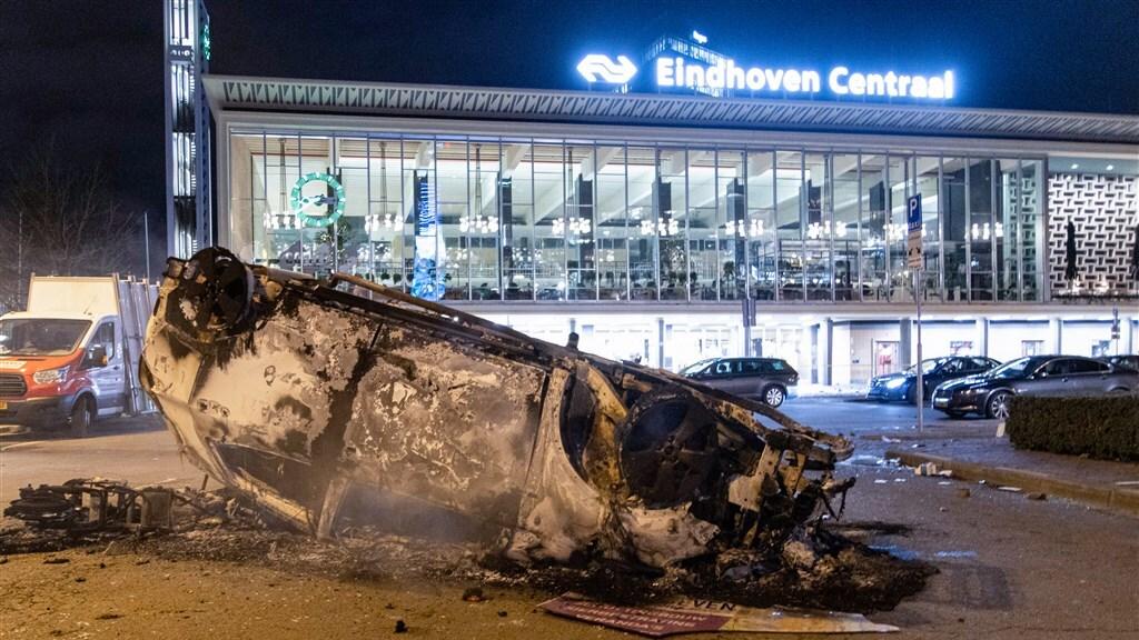Een uitgebrande auto op station Eindhoven Centraal.