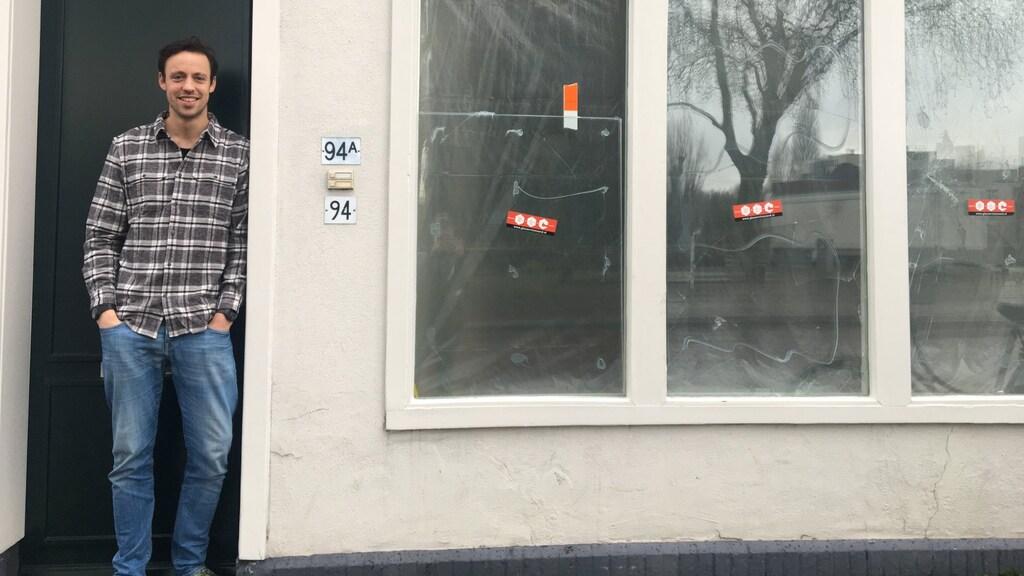 Relschoppers gooiden een fiets door het huis onder de woning van Reinier.