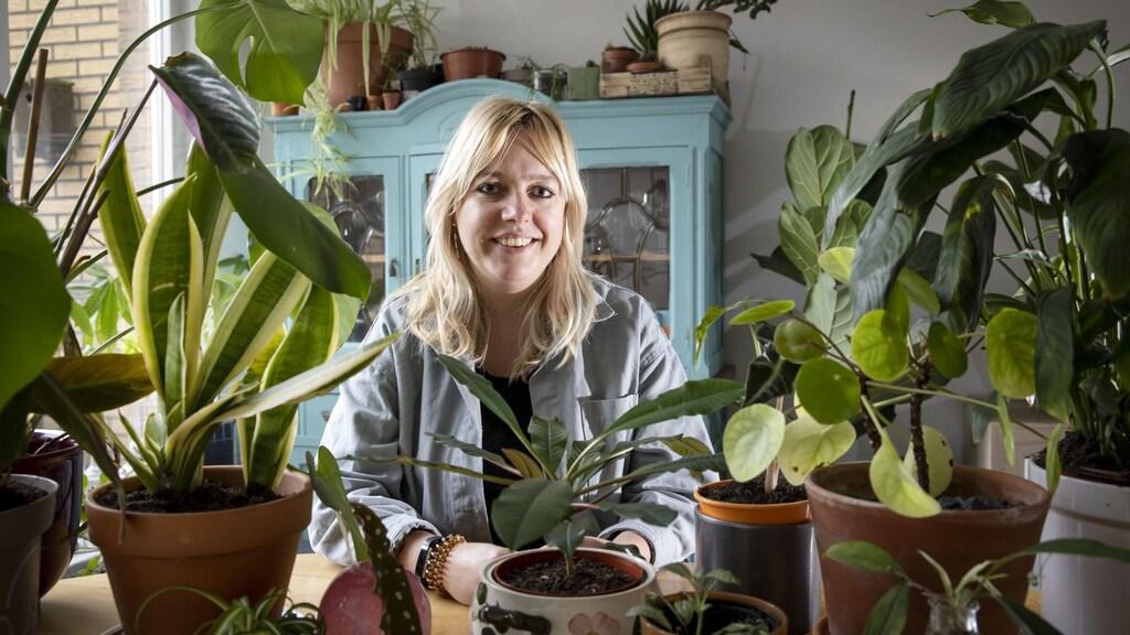 Mirthe Stoop tussen haar planten