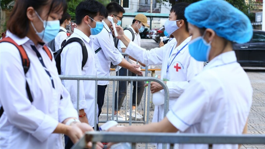 Vietnamese examenkandidaten moeten bij aankomst hun handen wassen en hun temperatuur laten meten.