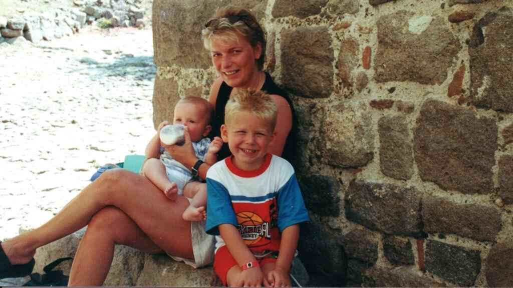 Annemiek met haar zoons Gian en Roan.