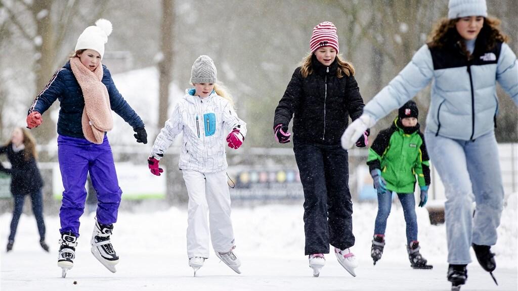 De schaatsbaan van Doorn ging vandaag als eerste open, vanwege corona alleen voor leden tot en met 17 jaar.
