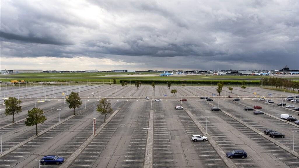 Een lege parkeerplaats bij Schiphol.