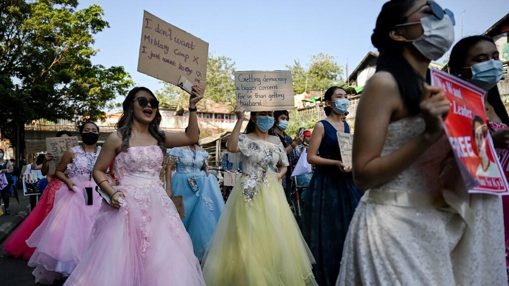 Vrouwen demonstreren in trouwjurk: 'Je krijgt makkelijker een man dan democratie'.