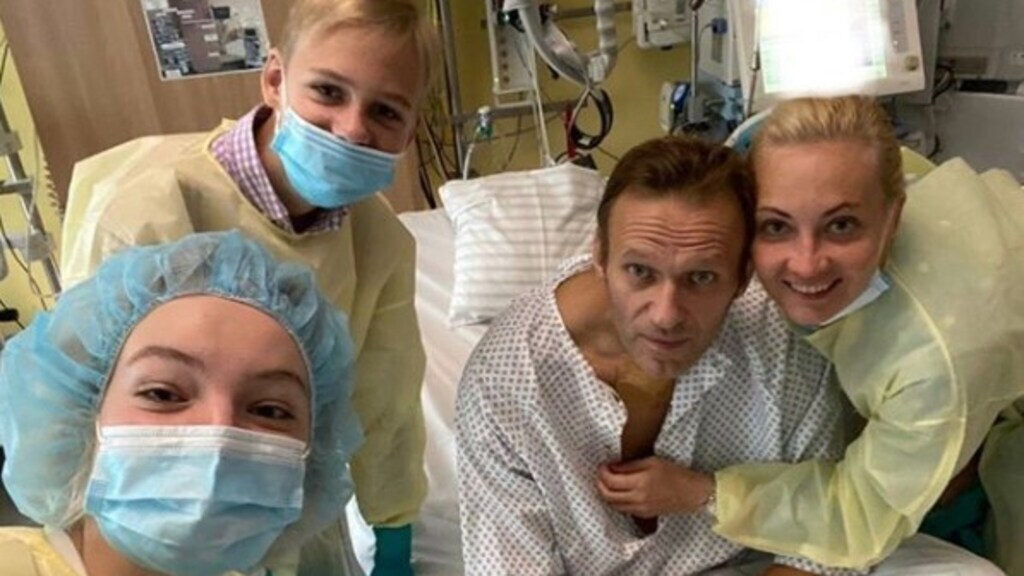 Navalny met zijn gezin in het ziekenhuis in Berlijn.