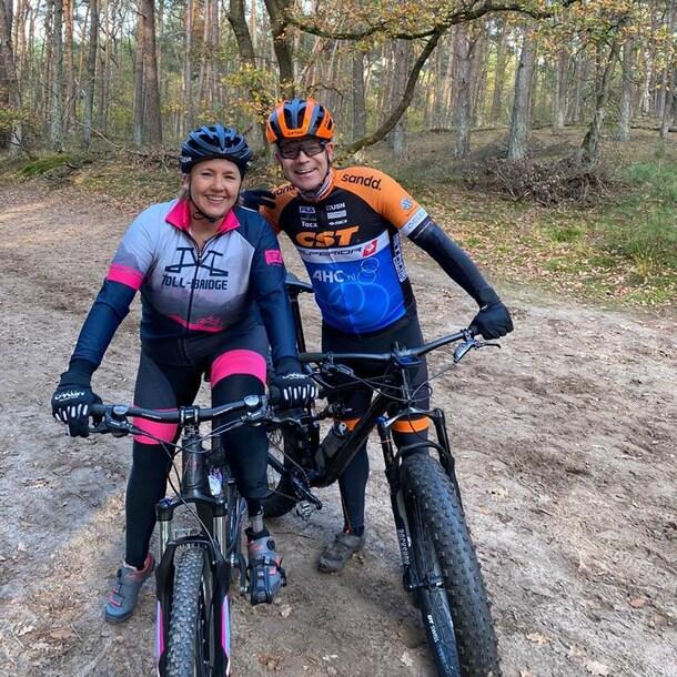 Dianne en Jan op de fiets, met prothese.
