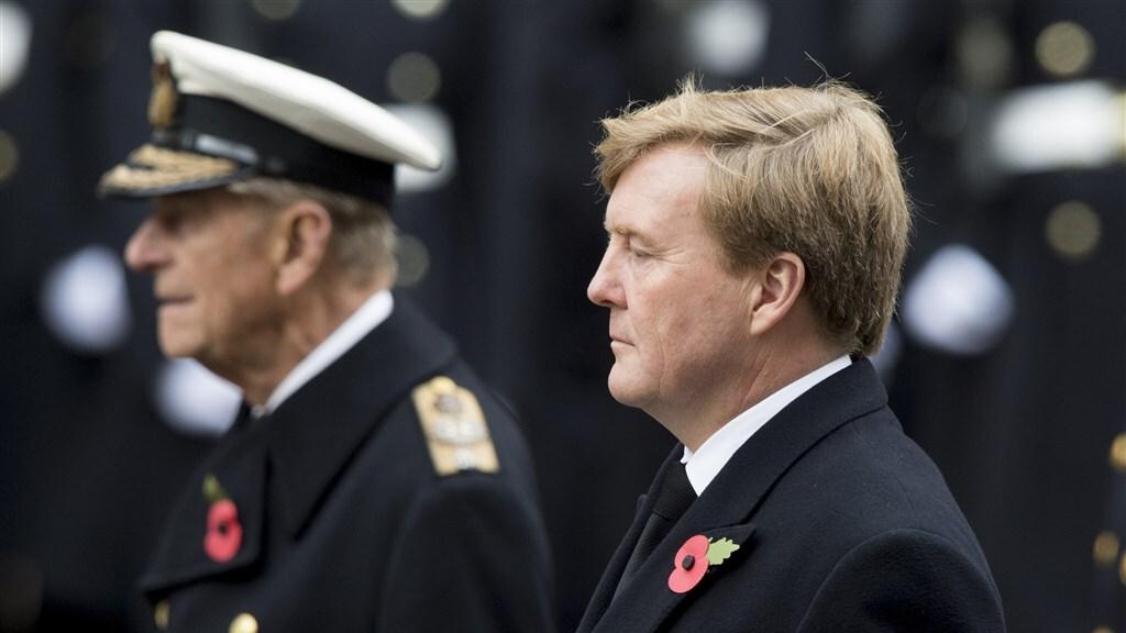 Prins Philip met Koning Willem-Alexander tijdens de Britse dodenherdenking in 2015.