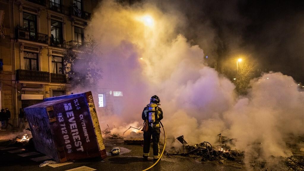 De brandweer blust een brand in het centrum van Barcelona.