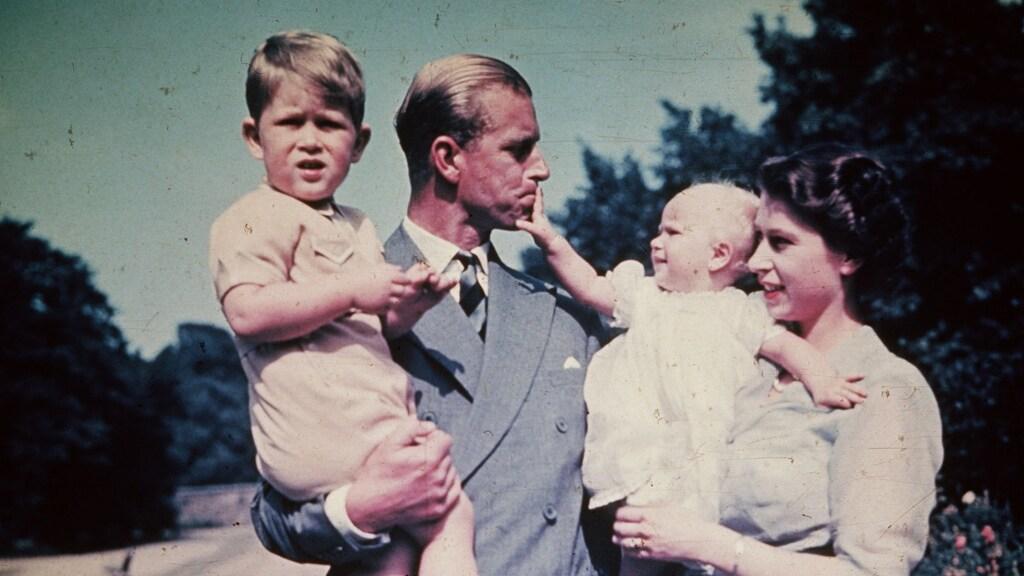 Philip met zijn vrouw en kinderen Charles en Anne in 1952
