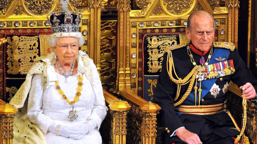 Queen Elizabeth houdt de troonrede in 2014, met Philip trouw aan haar zijde.