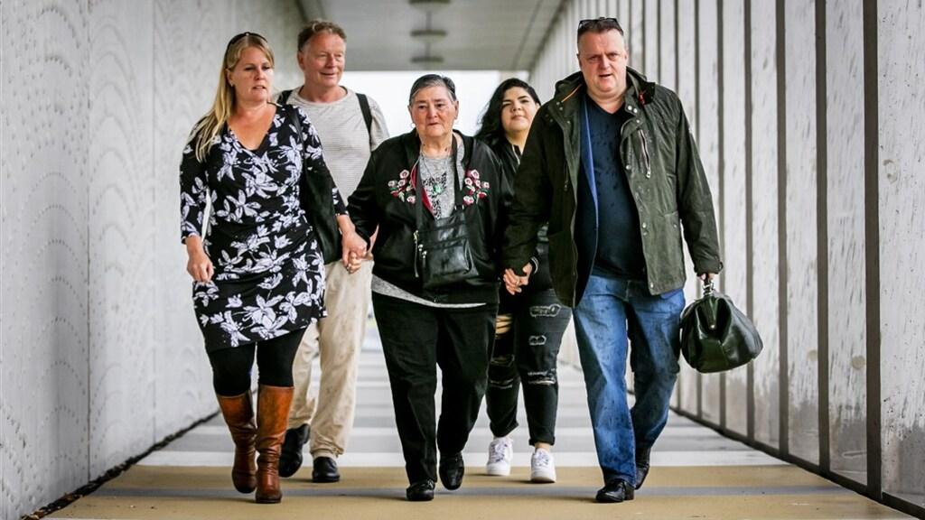 Maria, de moeder van Mitch Henriquez, arriveert samen met advocaat Richard Korver bij de rechtbank voorafgaand aan de uitspraak in de zaak rond de dood van haar zoon.