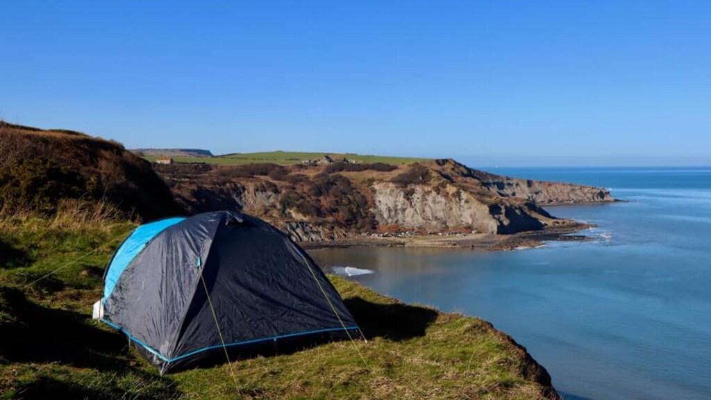 De kampeerders hadden hun tent op de rand van een klif gezet.