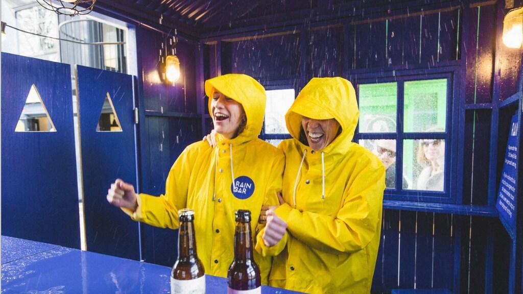 Met een bar waar het binnen regent wil Rainbeer het gesprek aangaan met festivalbezoekers.
