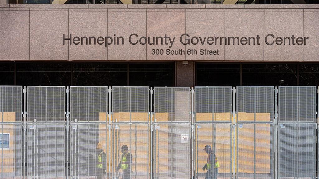 Extra hekken rond het gebouw waar de juryleden voor het proces tegen Chauvin worden geselecteerd.