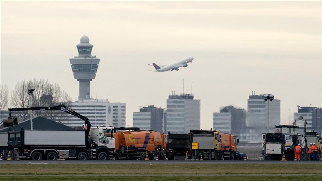 Groot onderhoud aan de Polderbaan van Schiphol, februari 2021.