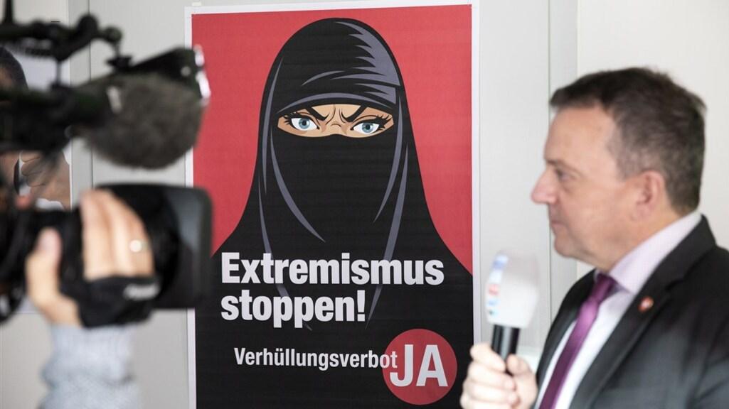 De SVP liet posters maken met de tekst 'stop extremisme!'