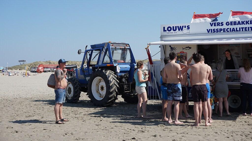 Viskraam op het strand van IJmuiden.