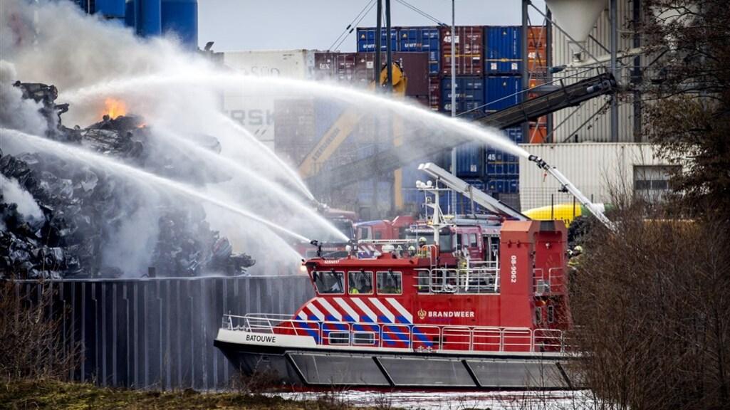 Ook vanaf het water was de brandweer druk met blussen.