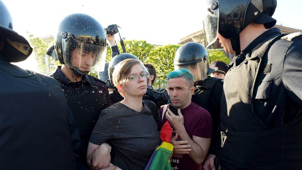 Een demonstrant tegen homo- en transfobie wordt opgepakt. Sint-Petersburg, 2019.