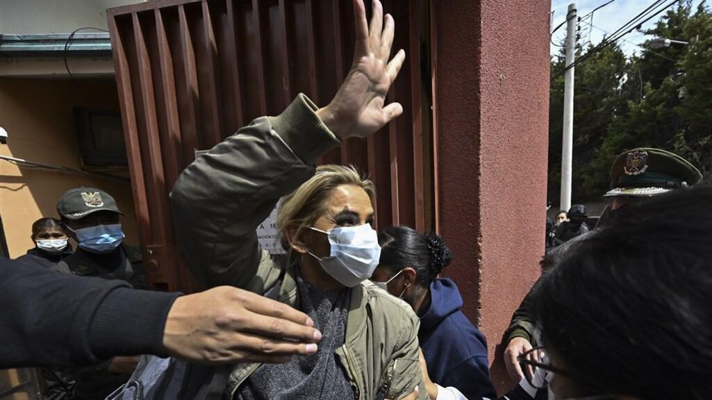Jeanine Añez wordt naar de gevangenis gebracht.