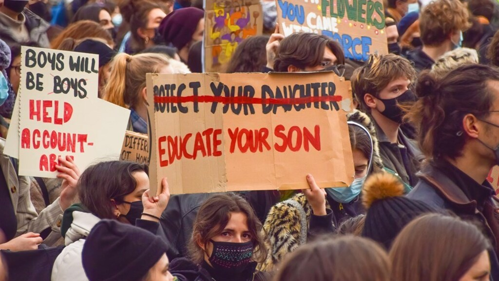 Een demonstrant bij de protesten naar aanleiding van de dood van Sarah Everard afgelopen weekend in London.