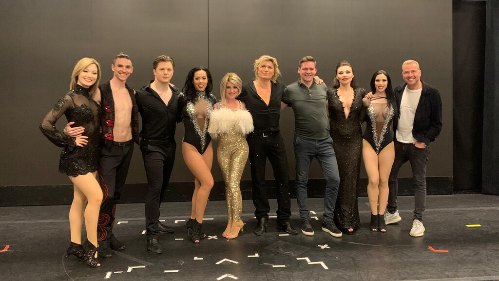 """Sarah met blonde pruik in Las Vegas. """"Ik heb meegedaan aan het programma Over Winnaars en mocht bij Hans Klok op het podium staan. Fantastisch, ik hou van de spotlight."""""""