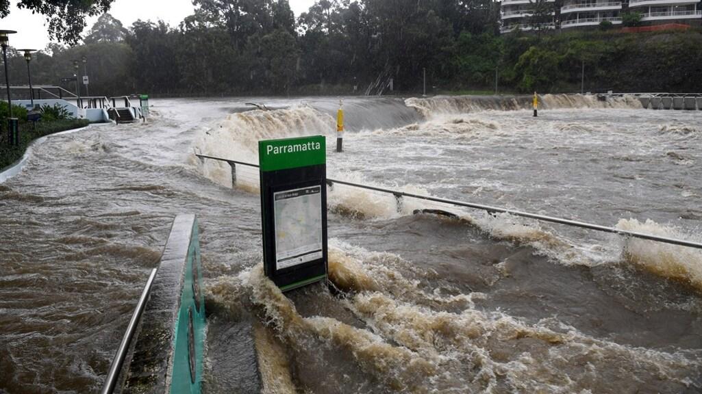 De Parramatta rivier tijdens hevige regenval.