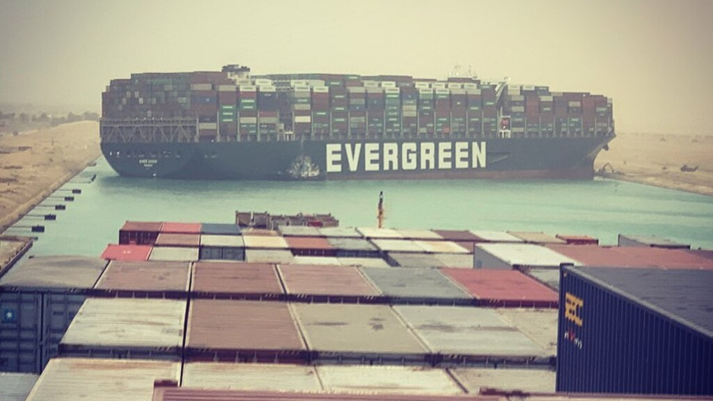 De Ever Given versperde dagenlang het Suezkanaal. Dat kostte miljarden.