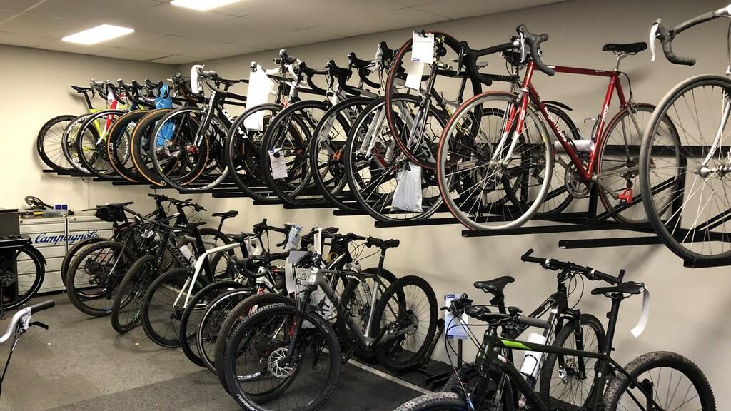 De opbrengst van een gemiddelde dag fietsen repareren staat klaar om opgehaald te worden bij Bike Centre Dik.