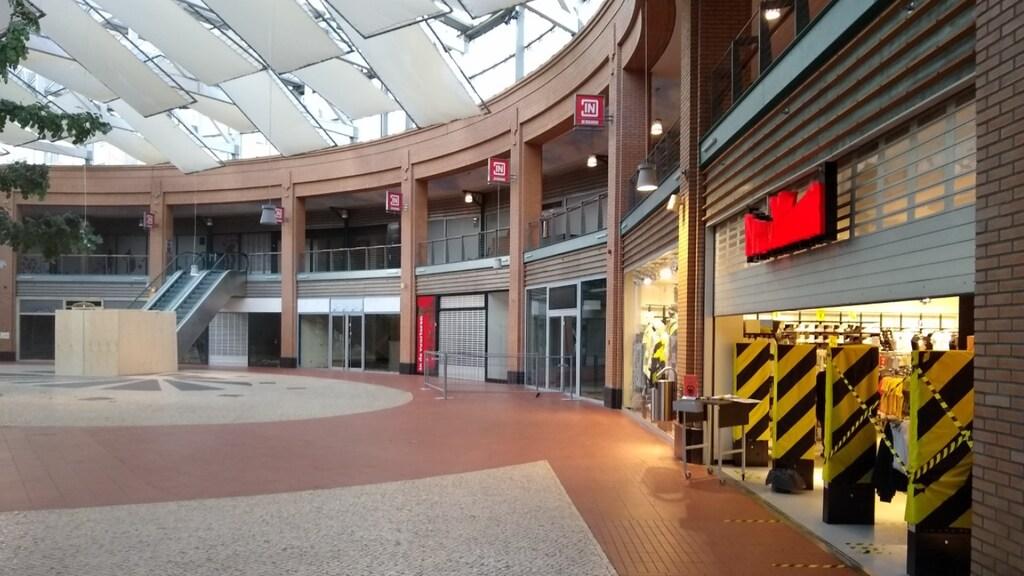 Een uitgestorven passage in winkelcentrum In de Bogaard. Hier zit nog maar één winkel.