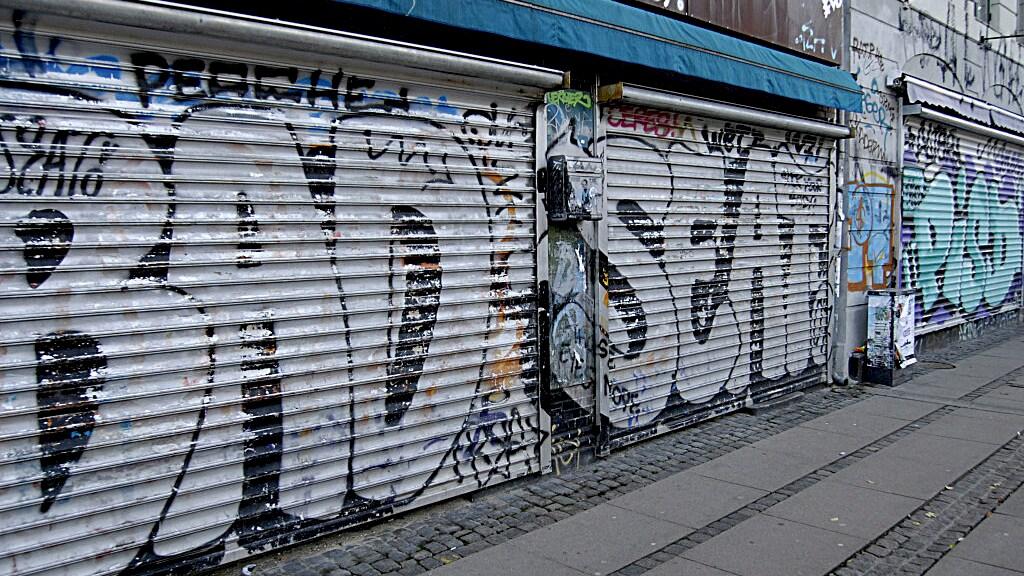 Gesloten winkels in de wijk Norrebrogade in de Denemarken